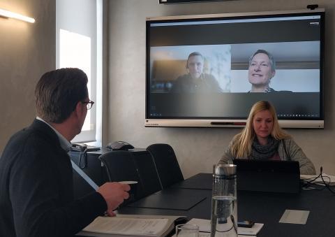 Videokonferenz mit ZAK-Vorstand Jan Deubig (und Schriftführerin Susanne Wojtaschek), Landrat Ralf Leßmeister und Bürgermeisterin Beate Kimmel.